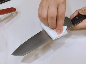 an oiled knife