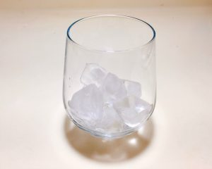 Add ice in a glass